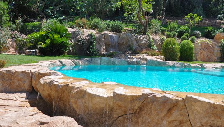 piscine paysagée à débordement